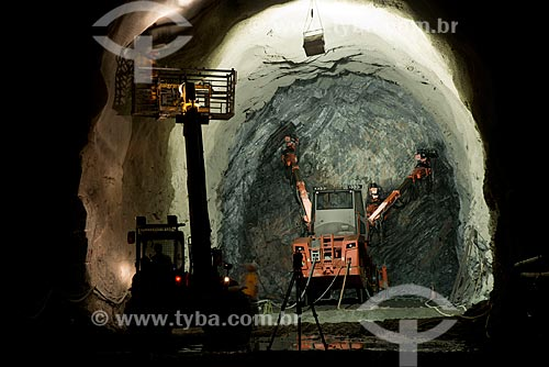 Perfuratriz perfurando rocha para colocação de dinamite no lote 14 do eixo norte -  Projeto de Integração do Rio São Francisco com Bacias Hidrográficas do Nordeste Setentrional  - Cajazeiras - Paraíba - Brasil