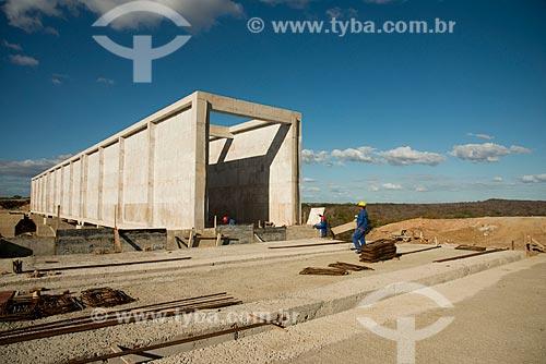 Assunto: Operários trabalhado em aqueduto no lote 1 do eixo norte -  Projeto de Integração do Rio São Francisco com Bacias Hidrográficas do Nordeste Setentrional / Local: Cabrobó - Pernambuco (PE) - Brasil / Data: 08/2012