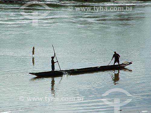 Assunto: Homens em uma canoa no Rio Jequitinhonha / Local: Minas Gerais (MG) - Brasil / Data: 05/2004