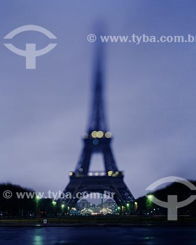 Assunto: Torre Eiffel (1889) vista do Champ de Mars (Campo de Marte) ao anoitecer / Local: Paris - França - Europa / Data: 12/2008