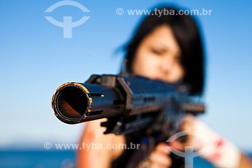 Assunto: Jovem segurando réplica de arma de fogo durante a Zombie Walk / Local: Copacabana - Rio de Janeiro (RJ) - Brasil / Data: 11/2011