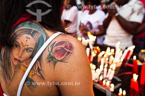 Assunto: Devoto acendendo vela no Dia de São Jorge / Local: Quintino Bocaiúva - Rio de Janeiro (RJ) - Brasil / Data: 04/2012