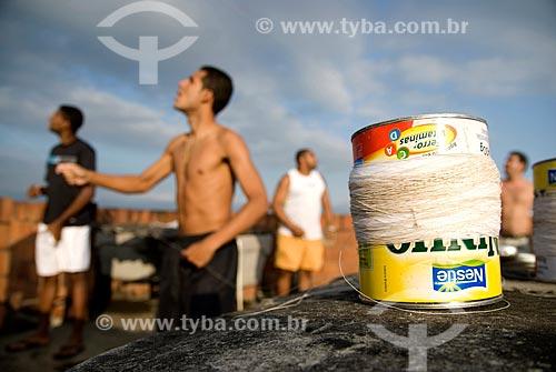Assunto: Jovens soltando pipa em cima da laje / Local: Rio de Janeiro (RJ) - Brasil / Data: 07/2007