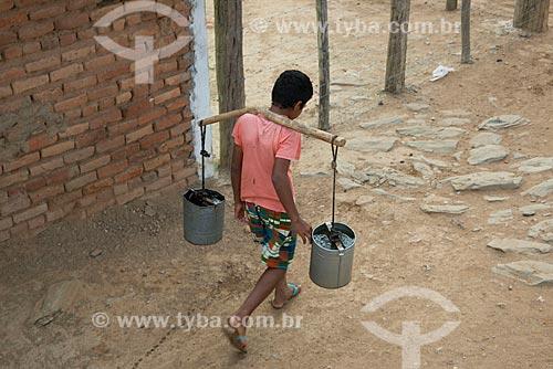 Assunto: Menino do distrito de Riachinho transportando água em latas / Local: Verdejante - Pernambuco (PE) - Brasil / Data: 08/2012