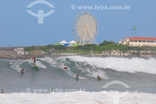 Assunto: Surfistas na Praia de Copacabana com o antigo Forte de Copacabana, atual Museu Histórico do Exército e Roda Rio 2016 ao fundo / Local: Copacabana - Rio de Janeiro (RJ) - Brasil / Data: 04/2009