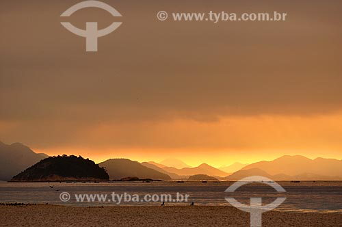 Assunto: Entardecer na Praia de Copacabana com a Ilha de Cotunduba à esquerda e as montanhas da Região Oceânica ao fundo / Local: Copacabana - Rio de Janeiro (RJ) - Brasil / Data: 04/2011