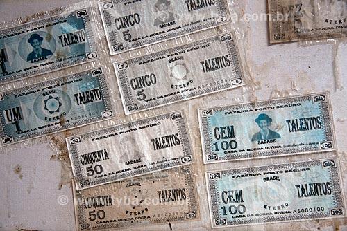 Assunto: Cédulas de dinheiro idealizado por  Cícero José de Farias também conhecido como Meu Rei que criou a Missão Israel - na Fazenda Porto Seguro no Parque Nacional do Catimbau / Local: Buíque - Pernambuco (PE) - Brasil / Data: 08/2012