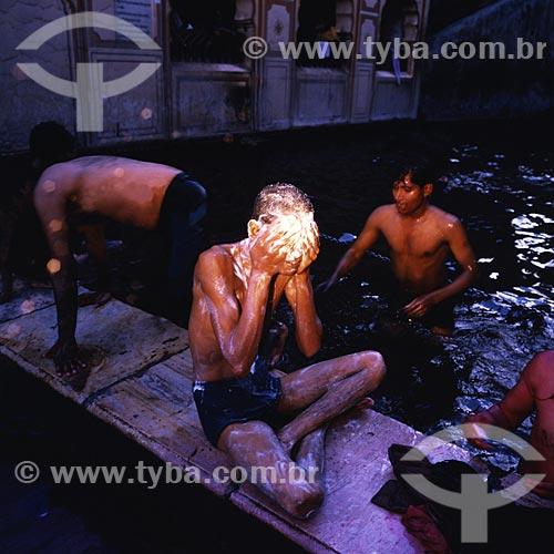 Assunto: Homens tomando banho / Local: Índia - Ásia / Data: 04/2007