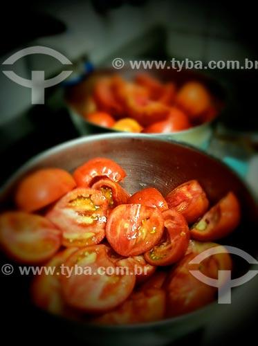 Assunto: Panela com tomates cortados - foto feita com IPhone / Local: Bela Vista - São Paulo (SP) - Brasil / Data: 09/2012