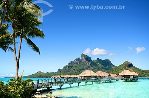 Assunto: Bangalores de um resort com o Monte Otemanu ao fundo / Local: Ilha Bora Bora - Polinésia Francesa - Oceania / Data: 10/2012