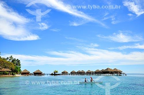 Assunto: Casal em caiaque com os quartos de um resort ao fundo / Local: Ilha Huahine - Polinésia Francesa - Oceania / Data: 10/2012