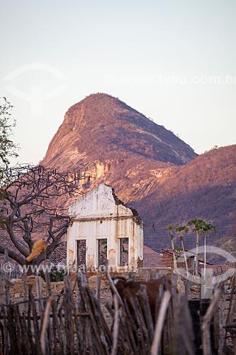 Assunto: Ruína de casa no sertão do Ceará com monólito ao fundo / Local: Juatama - Quixadá - Ceará  (CE) - Brasil / Data: 11/2012