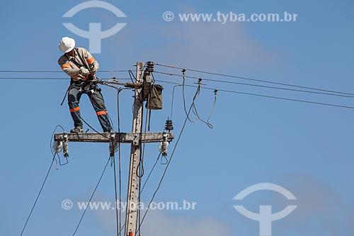 Assunto: Operários da COELCE (Companhia Energética do Ceará) fazendo manutenção da rede elétrica na Avenida Senador Carlos Jereissati / Local: Fortaleza - Ceará (CE) - Brasil / Data: 11/2012