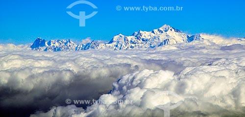 Assunto: Pico do Mont Blanc (Monte Branco) entre nuvens / Local: Fronteira entre França e Itália / Data: 04/2012