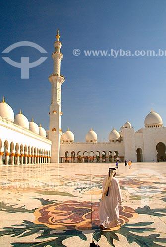 Assunto: Homem caminhando no pátio interno da Grande Mesquita de Abu Dhabi - Mesquita Sheik Zayed Bin Sultan Al Nathyan - o fundador do Emirados Arabes Unidos / Local: Abu Dhabi - Emirados Árabes Unidos - Ásia / Data: 12/2009