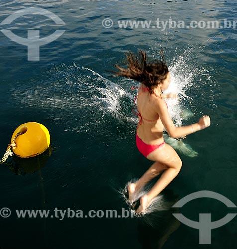 Assunto: Menina pulando nas águas da Enseada Sítio Forte / Local: Distrito Ilha Grande - Angra dos Reis - Rio de Janeiro (RJ) - Brasil / Data: 12/2010