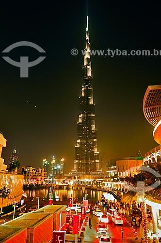 Assunto: Edifício Burj Khalifa iluminado à noite - prédio mais alto do mundo / Local: Dubai - Emirados Árabes Unidos - Ásia / Data: 03/2012