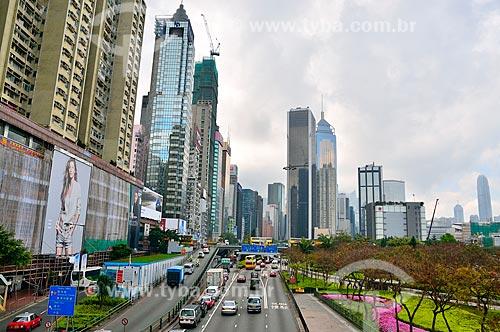 Assunto: Avenida Gloucester com centro comercial ao fundo / Local: Ilha de Hong Kong - Hong Kong - China - Ásia / Data: 04/2012