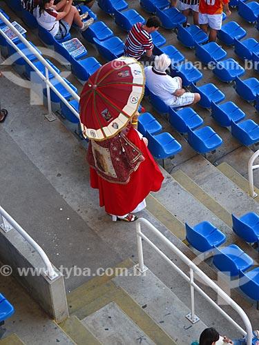 Assunto: Torcedor do Fluminense vestido como o papa no Estádio Olímpico João Havelange (Engenhão) durante o jogo Fluminense x Cruzeiro / Local: Engenho de Dentro - Rio de Janeiro (RJ) - Brasil / Data: 11/2012