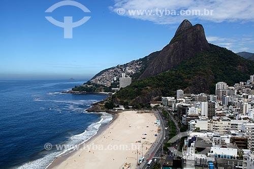 Assunto: Praia do Leblon com o Morro Dois irmãos e favela do Vidigal ao fundo / Local: Leblon - Rio de Janeiro (RJ) - Brasil / Data: 03/2012