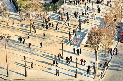 Assunto: Pessoas na Avenida Champs-Élysées próximas ao acesso subterrâneo ao Arco do Triunfo / Local: Paris - França - Europa / Data: 02/2012
