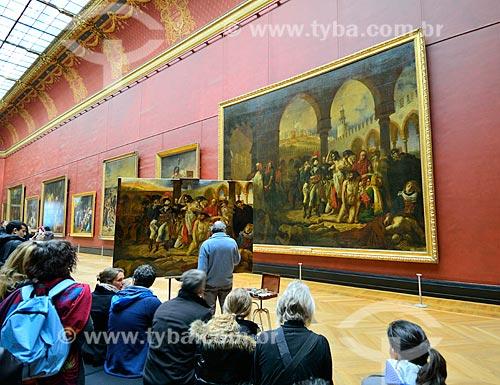 Assunto: Pintor fazendo a reprodução de um quadro no Museu do Louvre / Local: Paris - França - Europa / Data: 02/2012