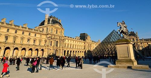 Assunto: Pátio principal do Palais du Louvre (Palácio do Louvre) - à esquerda Musée du Louvre (Museu do Louvre) e à direita a Pirâmide do Louvre (1989) e a estátua equestre de Louis XIV / Local: Paris - França - Europa / Data: 02/2012