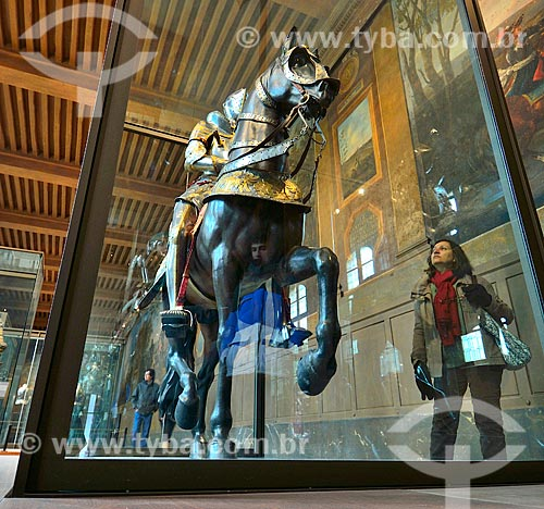 Assunto: Mulher observando estátua de um cavalheiro no Musée historique de lArmée (Museu histórico do Exército) / Local: Paris - França - Europa / Data: 02/2012