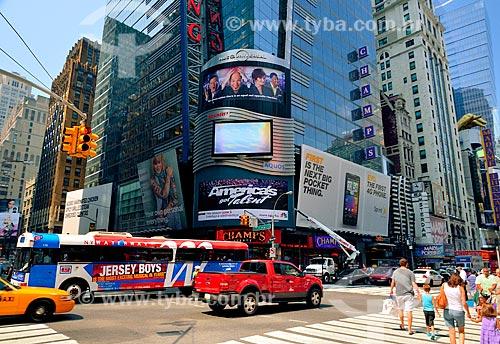 Assunto: Tráfego no cruzamento entre a Rua 42 a 7ª Avenida em frente ao Edifício Thomson Reuters - na região da Times Square / Local: Manhattan - Nova Iorque - Estados Unidos - América do Norte / Data: 08/2010