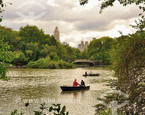 Assunto: Casais em canoas no The Lake (O Lago) com a Bow Bridge (Ponte Bow) ao fundo - Central Park / Local: Manhattan - Nova Iorque - Estados Unidos - América do Norte / Data: 09/2010