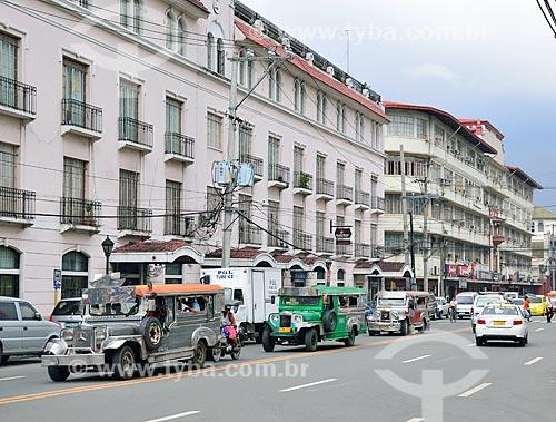 Jeepneys na Avenida Andres Soriano Junior - são o mais popular meio de transporte público nas Filipinas e foram feitas originalmente de jipes militares dos EUA, da II Guerra Mundial  - Filipinas