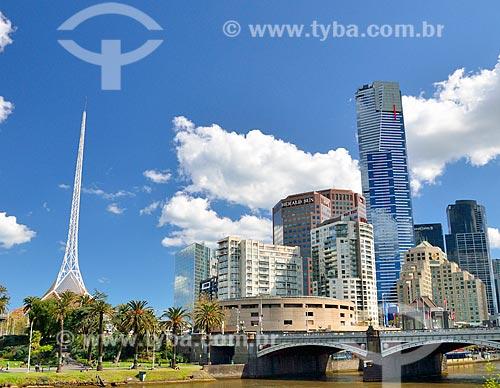 Assunto: Centro de Artes - complexo de teatros e salas de concertos - com a Princes Bridge (1888) (Ponte da Princesa) à direita / Local: Melbourne - Austrália - Oceania / Data: 10/2010
