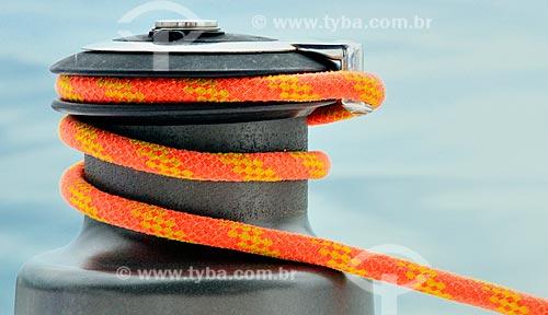 Assunto: Corda enrolada em uma catraca - instalada a bordo para controlar a tensão da corda na vela / Local: Distrito Ilha Grande - Angra dos Reis - Rio de Janeiro (RJ) - Brasil / Data: 12/2010