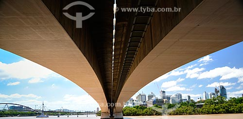 Assunto: Vista de baixo da Ponte Capitão Cook (1972) sobre o Rio Brisbane / Local: Brisbane - Queensland - Austrália - Oceania / Data: 01/2011