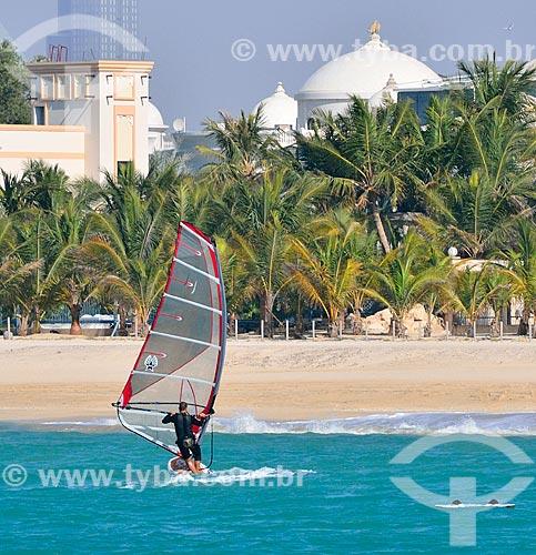 Assunto: Windsurf na Praia de Jumeirah com mesquita ao fundo / Local: Jumeirah - Dubai - Emirados Árabes Unidos - Ásia / Data: 02/2011