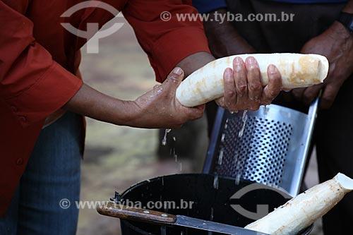 Assunto: Mandioca sendo descascada / Local: Alta Floresta - Mato Grosso (MT) - Brasil / Data: 05/2012