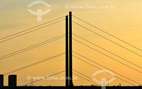 Assunto: Silhueta da Ponte Rheinkniebrücke no pôr do sol / Local: Düsseldorf - Alemanha - Europa / Data: 09/2011