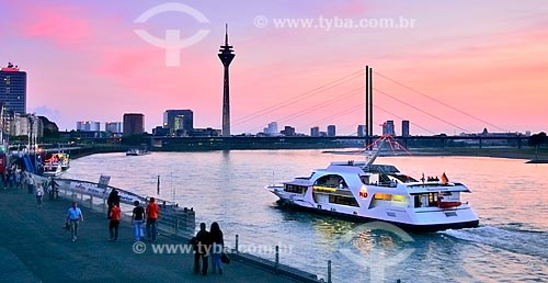 Assunto: Margens do Rio Reno com a Torre Reno e a Ponte Rheinkniebrücke ao fundo / Local: Düsseldorf - Alemanha - Europa / Data: 09/2011