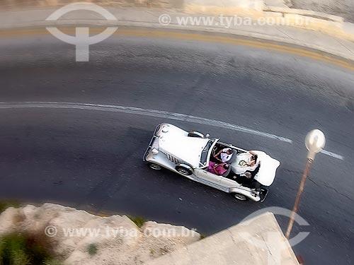 Assunto: Veículo antigo com uma noiva / Local: Valeta - República de Malta - Europa / Data: 06/2008