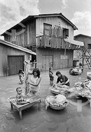 Assunto: Mulheres lavando roupa na cheia do Rio Tocantins / Local: Marabá - Pará (PA) - Brasil / Data: Década de 80