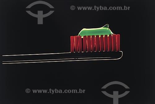 Assunto: Detalhe de creme dental em escova de dente / Local: Estúdio / Data: 09/2002