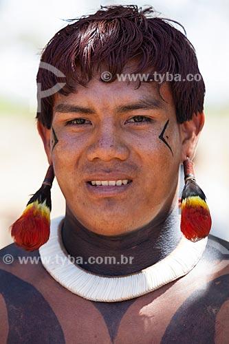 Aritana - filho do Cacique Aritana Yawalapiti no Kuarup - cerimônia deste ano em homenagem ao antropólogo Darcy Ribeiro - Imagem licenciada (Released 94) - ACRÉSCIMO DE 100% SOBRE O VALOR DE TABELA  - Gaúcha do Norte - Mato Grosso - Brasil