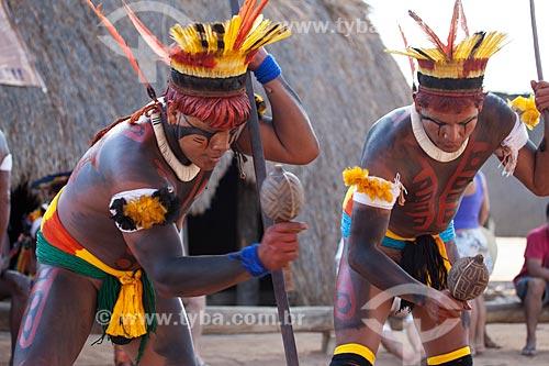 Dois índios Yawalapiti tocando chocalho, cantando e dançando - atividade que dura várias horas -  como parte do cerimonial do Kuarup - cerimônia deste ano em homenagem ao antropólogo Darcy Ribeiro - Imagem licenciada (Released 94) - ACRÉSCIMO DE 100% SOBRE O VALOR DE TABELA  - Gaúcha do Norte - Mato Grosso - Brasil
