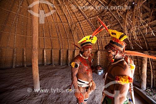 Índios Yawalapiti se preparando para o ritual do Kuarup no interior da maloca (oca) reservada aos homens denominada - Casa dos Homens - cerimônia deste ano em homenagem ao antropólogo Darcy Ribeiro - Imagem licenciada (Released 94) - ACRÉSCIMO DE 100% SOBRE O VALOR DE TABELA  - Gaúcha do Norte - Mato Grosso - Brasil