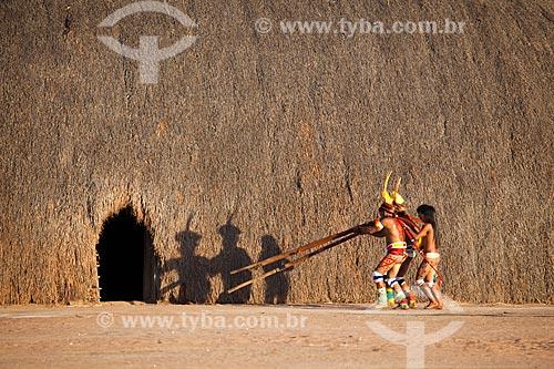 Índios Yawalapiti apresentam as meninas virgens e prontas para o casamento em todas as ocas, tocando a flauta Uruá no ritual do Kuarup - cerimônia deste ano em homenagem ao antropólogo Darcy Ribeiro - Imagem licenciada (Released 94) - ACRÉSCIMO DE 100% SOBRE O VALOR DE TABELA  - Gaúcha do Norte - Mato Grosso - Brasil