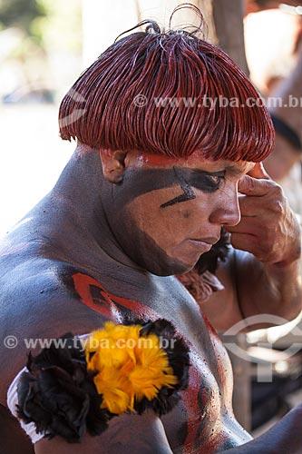 Índios Yawalapiti se preparando para o ritual do Kuarup  com pintura de urucum nos cabelos e adorno corporal - cerimônia deste ano em homenagem ao antropólogo Darcy Ribeiro - Imagem licenciada (Released 94) - ACRÉSCIMO DE 100% SOBRE O VALOR DE TABELA  - Gaúcha do Norte - Mato Grosso - Brasil