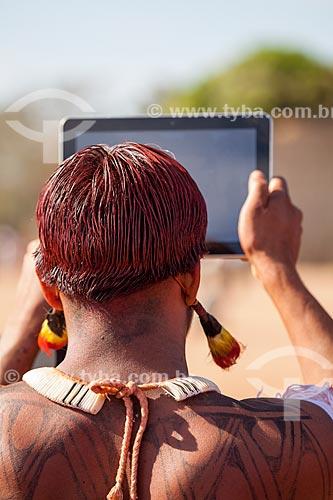 Índio filmando o Kuarup com um iPad - cerimônia deste ano em homenagem ao antropólogo Darcy Ribeiro - Imagem licenciada (Released 94) - ACRÉSCIMO DE 100% SOBRE O VALOR DE TABELA  - Gaúcha do Norte - Mato Grosso - Brasil