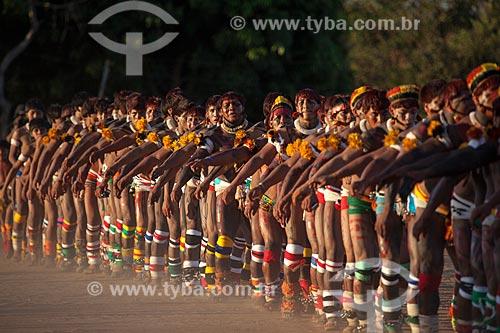 Índios Yawalapiti dançam o Kuarup - cerimônia deste ano em homenagem ao antropólogo Darcy Ribeiro - Imagem licenciada (Released 94) - ACRÉSCIMO DE 100% SOBRE O VALOR DE TABELA  - Gaúcha do Norte - Mato Grosso - Brasil