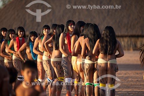 Índias Yawalapiti durante o ritual do Kuarup - cerimônia deste ano em homenagem ao antropólogo Darcy Ribeiro - Imagem licenciada (Released 94) - ACRÉSCIMO DE 100% SOBRE O VALOR DE TABELA  - Gaúcha do Norte - Mato Grosso - Brasil