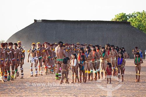 Crianças e mulheres à direita, Índios Yawalapiti dançam o Kuarup - cerimônia deste ano em homenagem ao antropólogo Darcy Ribeiro - Imagem licenciada (Released 94) - ACRÉSCIMO DE 100% SOBRE O VALOR DE TABELA  - Gaúcha do Norte - Mato Grosso - Brasil